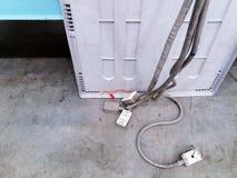 Viel elektrischer Stecker, Sockel und Kabel oder Schnur, die auf das Erdgeschoss innerhalb indrustry mit Kopienraum sich setzen Lizenzfreie Stockfotografie