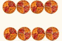 Viel enorme internationale Pizza auf weißem Hintergrund Chef gießt Olivenöl über frischem Salat in der Gaststätteküche Stockfotografie