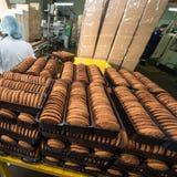 Viel enorme Produktion der süßen Kuchenlebensmittel-Fabrik Stockbilder