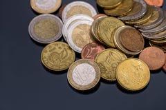 Viel Euromünze auf Dunkelheit Stockfoto