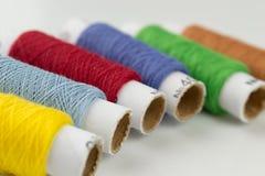 Viel-farbige Spulen der Threadnahaufnahme Stockfoto