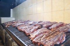 Viel Fleisch auf einem großen Grill lizenzfreie stockfotografie