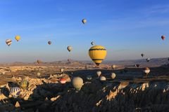 Viel FO-ballooons auf Himmel stockbild