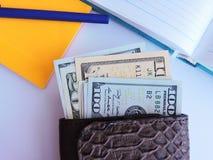 Viel Geld auf dem Tisch Stockfoto