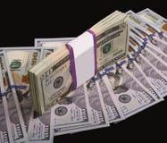 Viel Geld auf einem schwarzen Hintergrund Stockbild