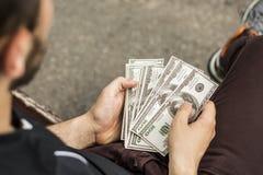 Viel Geld in den Händen stockbild