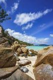 Viel Granit schaukelt auf eine Küste auf den Seychellen 95 Stockbild