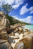 Viel Granit schaukelt auf eine Küste auf den Seychellen 132 Stockfotografie