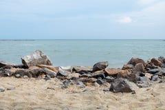 Viel großer Felsen auf Sand Stockfotos