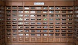 Viel hölzerner Briefkasten benutzt für viele Leute stockfotografie