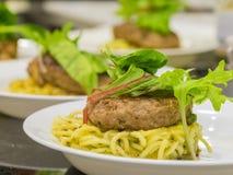 Viel Hamburg-Steakaufschlag mit Nudel und Gemüse lizenzfreies stockfoto