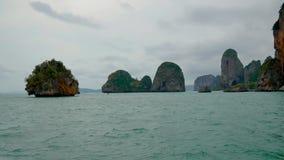 Viel Insel mit hohe Kalkstein-Klippen-tropischen Dschungeln und Türkis-Wasser stock footage