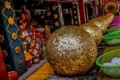 Viel ist Luknimit Buddhismussteinball für Feierpagodeneinrichtung, Wat Phra That Doi Kham stockfotografie