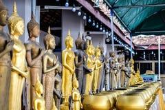 Viel kleine Buddha-Statue und viele monk& x27; s-Schüssel oder Almosenschüssel, den Verdienst machend, der den Sinnesfreien raum  lizenzfreie stockfotografie