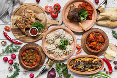 Viel Lebensmittel auf dem Holztisch Georgische Küche Beschneidungspfad eingeschlossen Flache Lage Khinkali und georgische Teller Stockbilder