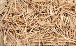 Viel Match mit den braunen Matchköpfen, die auf Reihen von matche zerstreuen Stockbilder