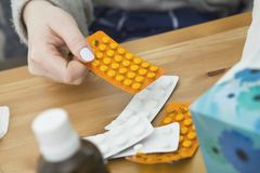 Viel Medizin auf Nachttabelle im Schlafzimmer Frau, die Pillen nimmt Lizenzfreie Stockbilder