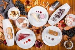 Viel Nachtisch auf dem Holztisch Georgische Küche Beschneidungspfad eingeschlossen Flache Lage Khinkali und georgische Teller Lizenzfreie Stockfotografie