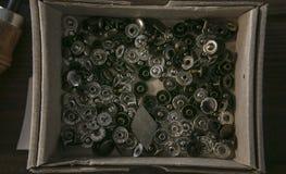 Viel Niet des unterschiedlichen Durchmessers perfekt für Lederwaren in der Pappschachtel Stockbilder