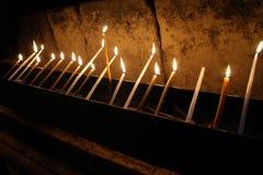 Viel oflighted Kerzen in der Dunkelheit Lizenzfreies Stockfoto