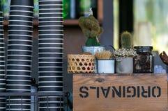 Viel Papiertasse kaffee in der Kaffeestube Stockfoto