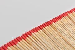 Viel rotes Hauptmatch legte gerade in Linie auf weißes backgroun Stockbilder