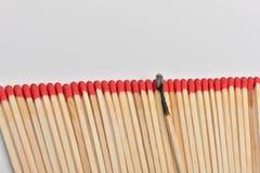Viel rotes Hauptmatch und eins gebrannt gerade eingegeben in Linie auf whi Lizenzfreie Stockbilder