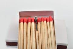 Viel rotes Hauptmatch und eins gebrannt gerade eingegeben in Linie nahe a Stockfotos