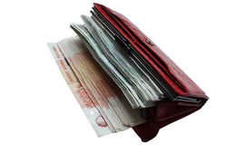 Viel russische Geldlüge in einem roten ledernen Geldbeutel auf einem weißen Hintergrund Stockfotografie