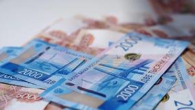 Viel russisches Geld, Rubel auf einer weißen Tabelle Banknoten von 5000 und von 2000 stock video