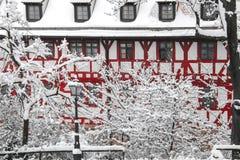 Viel Schnee in der bayerischen Stadt stockbild