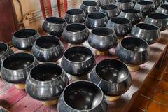 Viel schwarze Mönch ` s Schüssel oder almsbowl im Buddhismustempel Chiangmai, Thailand stockbild
