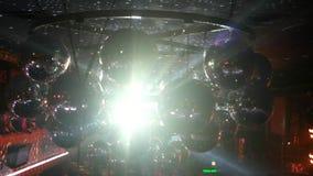 Viel silberner Discoball belichtet durch reflektierte Lichtstrahlen der Scheinwerfer stock video footage