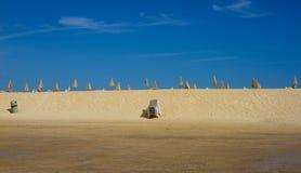 Viel Strandschirm und Stuhl auf Horizontlinie Geschlossener Strandsonnenschirm auf Himmelhintergrund Tropischer Schacht Perfekte  Lizenzfreie Stockfotos