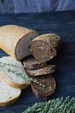 Viel verschiedenes Brot auf einem hölzernen Brett stockfotografie
