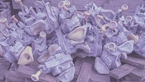Viel von den Behälterdrehschlössern, die auf einem Bündel rostigen Stahlstoppern liegen stockbild