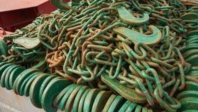 Viel von grünen Zurrketten in einem Stahlkasten stockfoto