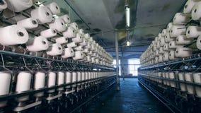 Viel von nähenden Spulen in der Kleiderfabrik Textilfabrikausr?stung stock footage