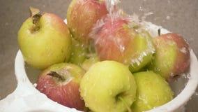 Viel Wasser gießt auf Äpfel langsames MO stock footage