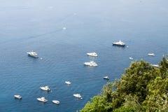 Viel weißes Boot im Meer Stockfoto