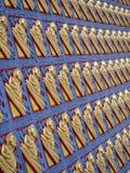 Viel Zahl von Buddha auf Betonmauer Stockfotos