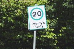 Viel zwanzig 20 MPH-Straßenlandstraßen-Verkehrssicherheitszeichen gegen Hintergrund des blauen Himmels Stockfotos