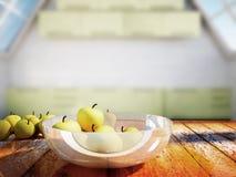 Viele Äpfel auf einem Holztisch Lizenzfreie Stockfotos