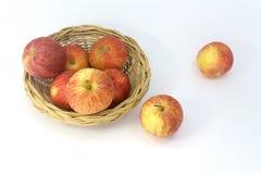 Viele Äpfel im Korb lokalisiert auf weißem Hintergrund Lizenzfreie Stockbilder