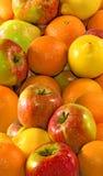 Viele Äpfel und Orange auf einer weißen Hintergrundnahaufnahme Lizenzfreies Stockbild