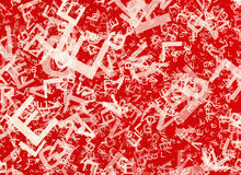 Viele abstrakten chaotischen weißen Alphabetbuchstaben auf roten Hintergründen Lizenzfreie Stockbilder