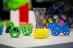 Viele abstrakten Modelle druckten durch Nahaufnahme des Druckers 3d Lizenzfreies Stockfoto
