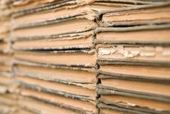 Viele alten, abgenutzten Bücher liegen auf einander. stockbilder