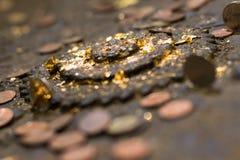 Viele alten Münzen auf dem alten Altar Stockfotos