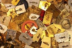 Viele alten Metallstift-zurückknopfausweise Stockbilder